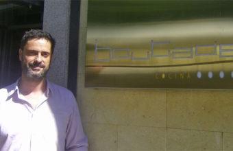 Manuel Tocino a las puertas de Boutade Cocina su establecimiento en Jerez.  Foto: Cosasdecome