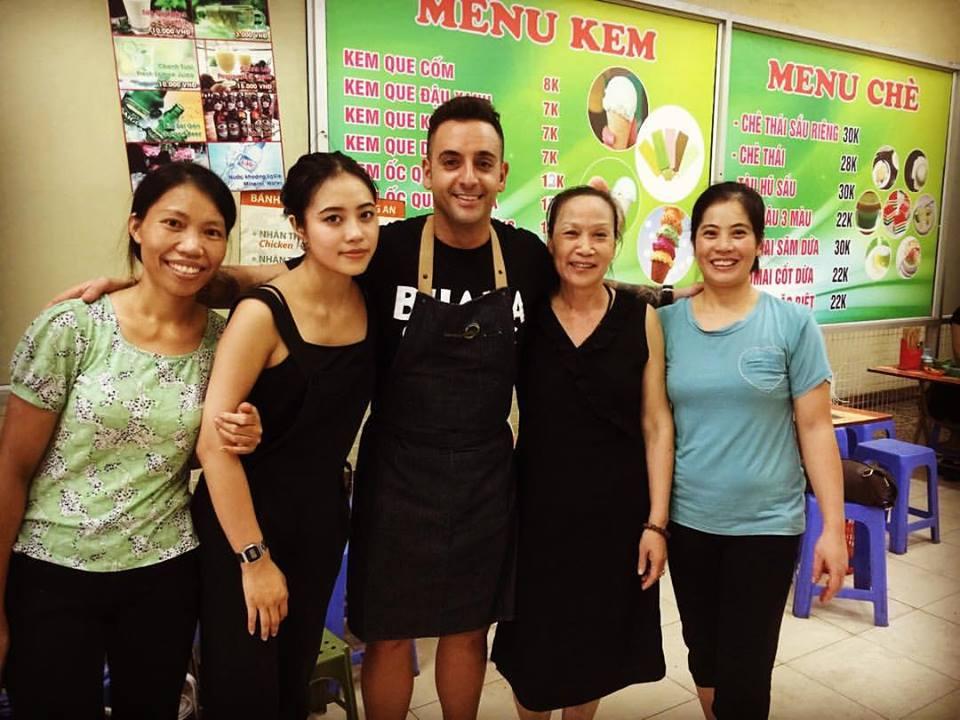 Con el equipo de un establecimiento vietnamita. Todo el material gráfico ha sido cedido por el cocinero.
