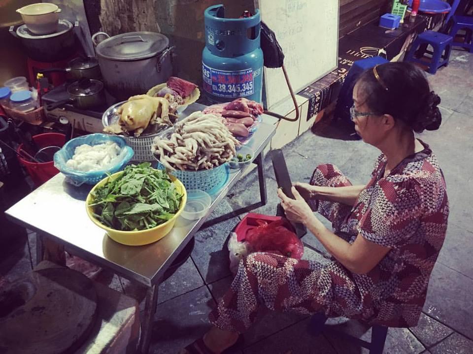 Ingredientes dispuestos para el pho (sopa) callejera en Vietnam.
