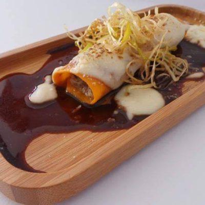 11. Lola Mora. Canelón de Tomate Relleno de Cerdo Ibérico en dos Salsas