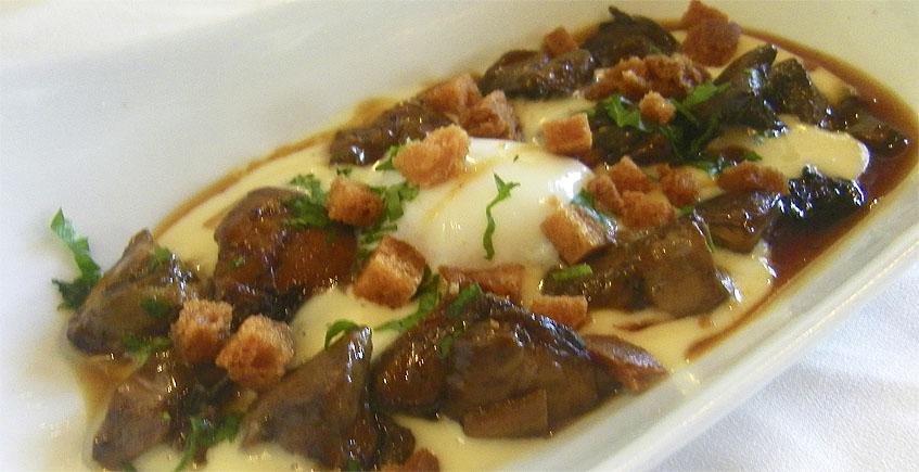 Los boletus con crema de patatas y huevo a baja temperatura del restaurante El Duque. Foto: Cosasdecome
