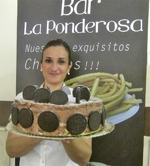 La pastelera Esther Basteiro con una de sus creaciones, la tarta de galletas Oreo. Foto: Cosasdecome
