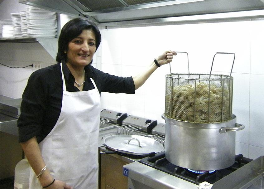 Manoli Basteiro de la cervecería de El Puerto prepara una cesta de galeras cocidas. Foto: Cosasdecome