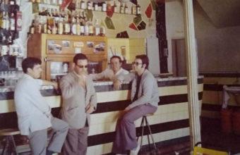 Barra del antiguo bar Manolo de Olvera. Tras el mostrador aparece Manolo Paradas, que regentaba el bar junto a su hermano José. Foto: Cedida por la Bodeguita Mi Pueblo