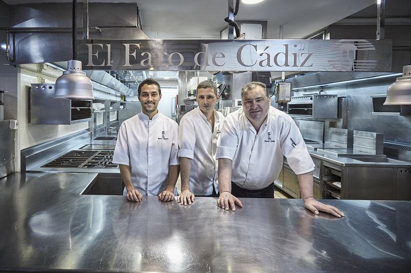 Mario JIménez Córdoba junto a los cocineros Angel Pérez y Jaime Ojeda. Foto: Julio González para El Faro de Cádiz
