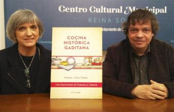 """Ana Mayi y Manolo Ruiz Torres durante la presentación del libro """"Cocina Histórica Gaditana"""". Foto: Cosasdecome"""