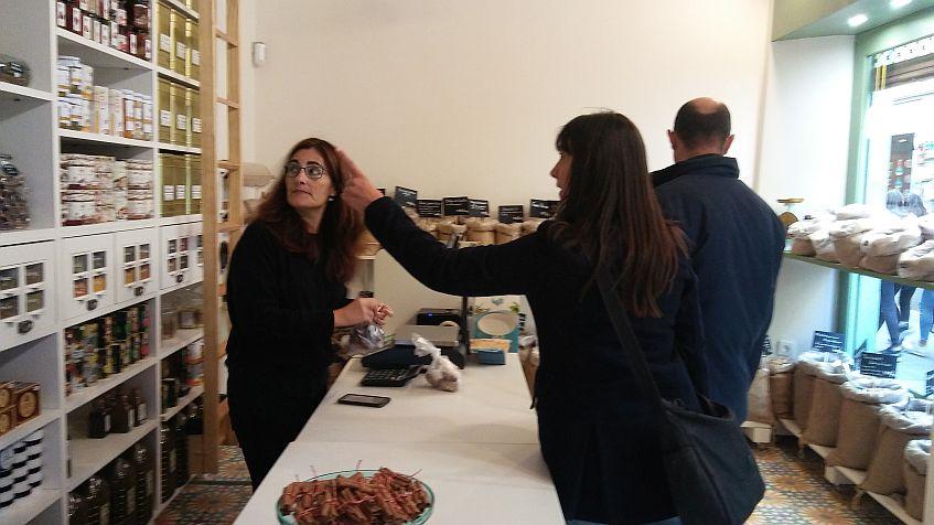 María José Treviño atiende a unos clientes.