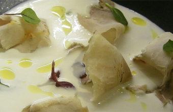 Chicharrones con ajo blanco, uno de los platos de LU Cocina y Alma. Foto: Cosasdecome