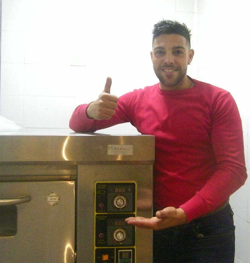 Danilo Piteo junto al horno que han traido especialmente desde Italia para hacer las pizzas. Foto: Cosasdecome
