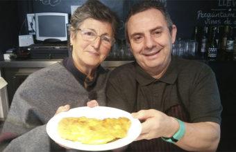 Encarna Olid junto a Paco Medina de la bodeguita del bar Mi Pueblo que ha recuperado sus recetas. Foto: Cosasdecome