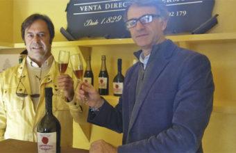 Genaro Cala y Luis Benjumeda brindan con una copa de su nuevo espumoso. Foto: Cosasdecome