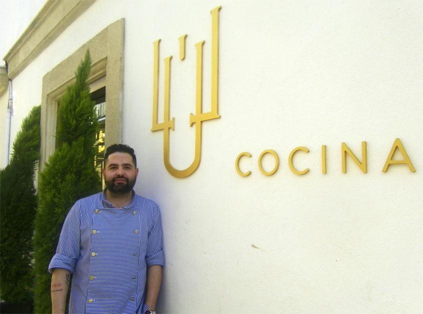 Juan Luis Fernández en la puerta de su nuevo establecimiento. Foto: Cosasdecome
