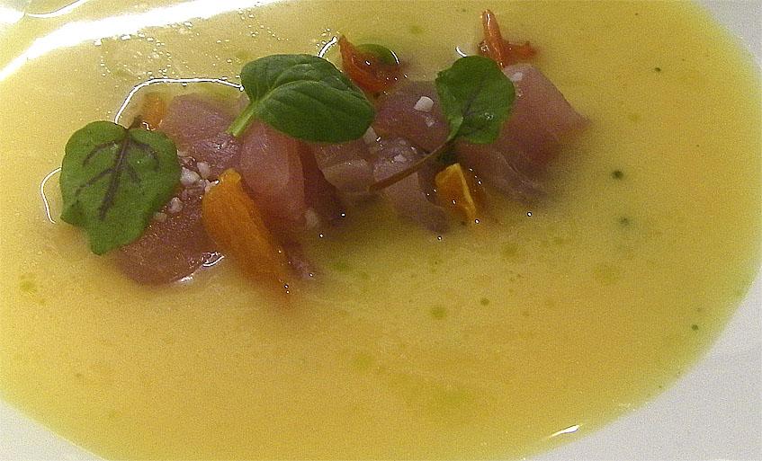 Pez limón con gazpacho. Foto: Cosasdecome