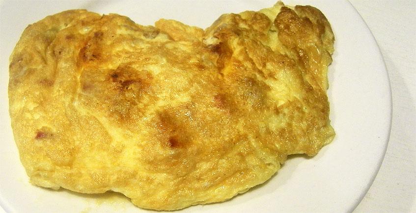 La tortilla mixta del bar Manolo. El plato ha sido reconstruido baándose en la receta original por la cocinera Lola Jiménez de la Bodeguita Mi Pueblo.