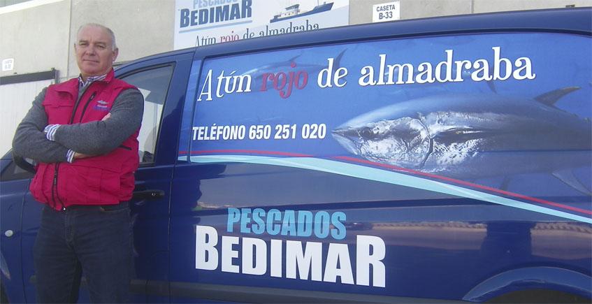 Diego Lora junto a una de las furgonetas de reparto de Pescados Bedimar. Foto: Cosasdecome.