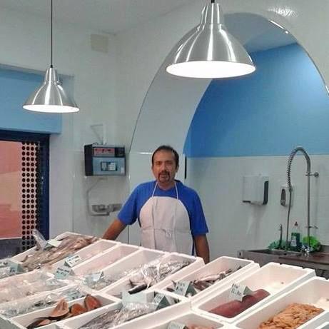 Pedro Cózar en su pescadería La Esquina de Plata. Foto: Cedida por el establecimiento.