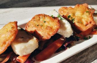 El bacalao con verduras y crujiente de camarones, uno de los platos de la nueva carta de Lata-barra. Foto: Cedida por el establecimiento.