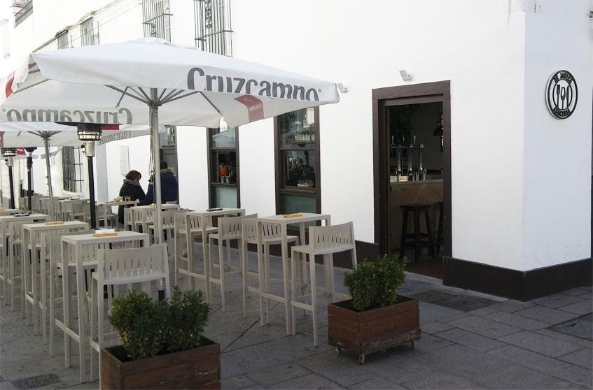 La terraza de la abaceria De Javier. Foto: Cosasdecome
