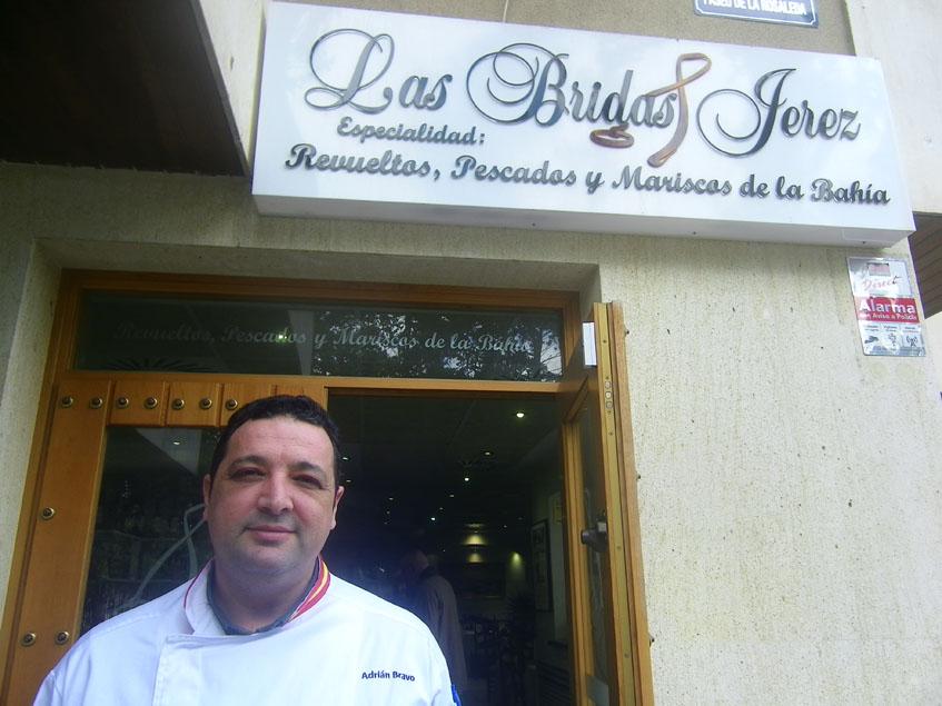Adrián Bravo, el nuevo responsable del establecimiento, a las puertas del bar Las Bridas. Foto: Cosasdecome