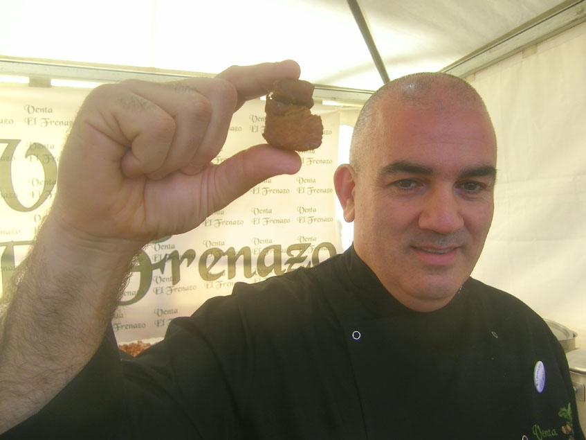 El cocinero Antonio Hidalgo Escalona con uno de los famosos chicharrones de la Venta El Frenazo. Foto: Cosasdecome