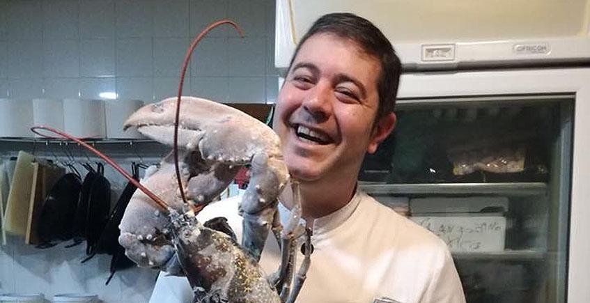 El cocinero Marco Antonio López, con un bogavante