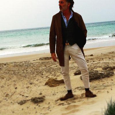 Gaspar Sobrino posa en la playa de El Palmar con el mar de fondo, al que quiere rendir homenaje con la decoración de Las Delicias Costa. Foto: Cedida por Gaspar Sobrino