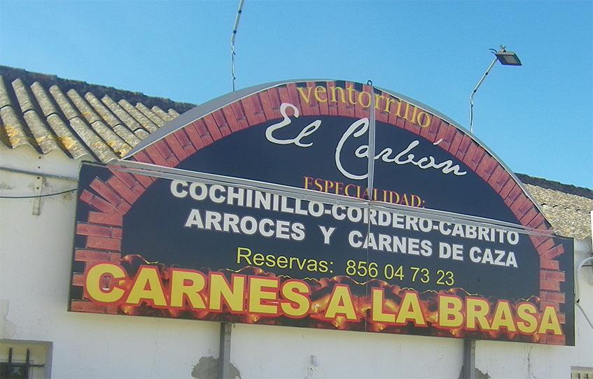 """Un gran letrero exterior anuncia la condición de """"asador"""" de El Ventorrillo. Foto: Cosasdecome"""
