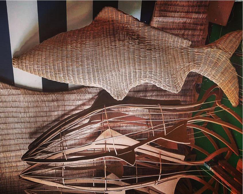 Algunos detalles de la decoración del establecimiento como unos peces elaborados en mimbre. Foto: Cedida por Gaspar Sobrino