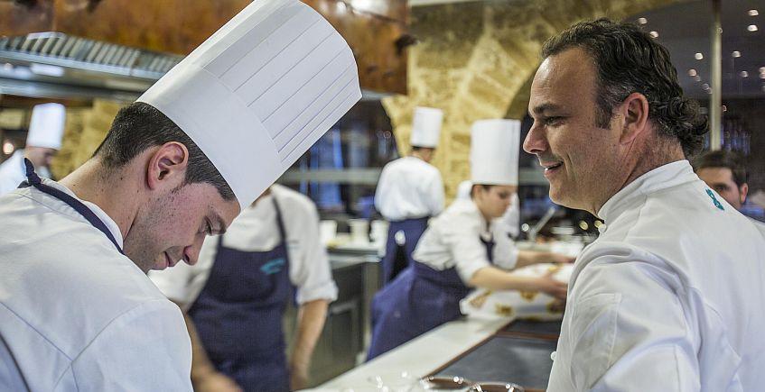 Ángel León, en la cocina del restaurante con su equipo.
