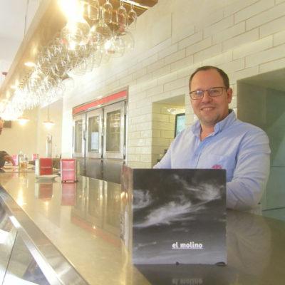 Manuel Moreno Bayo en la barra del establecimiento. Foto: Cosasdecome
