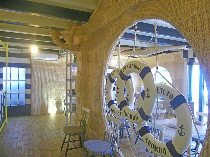 El comedor de Las Delicias tiene sus paredes hechas con mimbre. Se han empleado 2000 kilos de este material en el establecimiento. Foto: Cosasdecome
