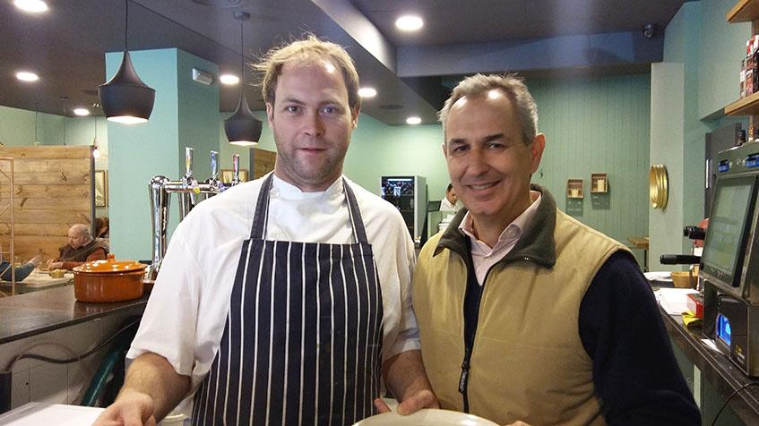 El cocinero Curro Alba junto a Alfredo Erquicia, el gerente de El Acebuche. Foto: Cosasdecome