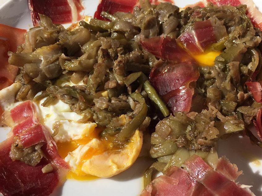 Los huevos rotos de la cafeteria Rumores fotografiados por la tapatóloga María Luisa Ucero.
