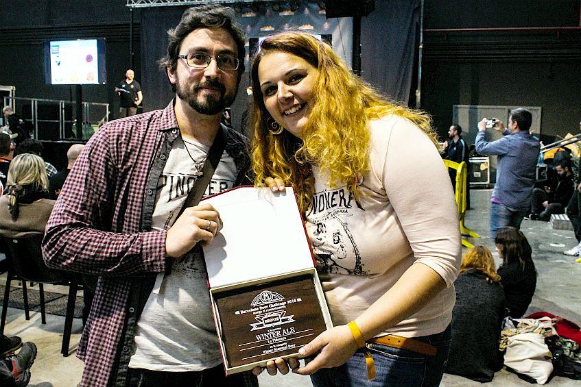 Israel Pérez y Patricia Aparicio, con el premio.