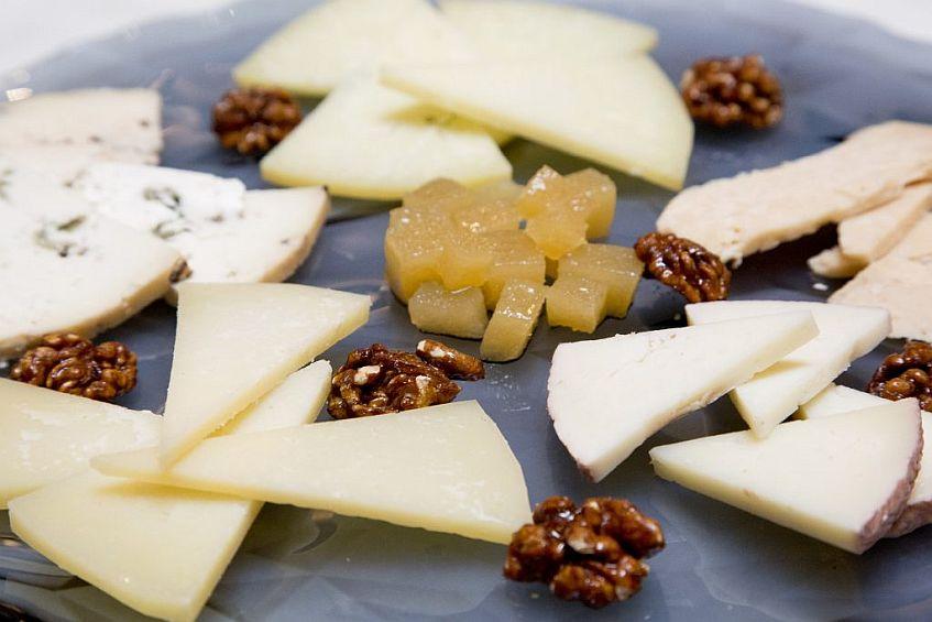 tabla-de-quesos-nueces-y-membrillo