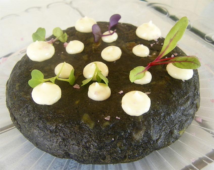 La tortilla de chocos en su tinta, una de las nuevas tapas de El Farito. Foto: Cosasdecome