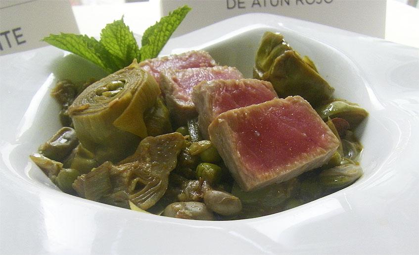 El plato de atún con chícharos, habas y alcauciles del restaurante Blanco y Verde. Foto: Cosasdecome