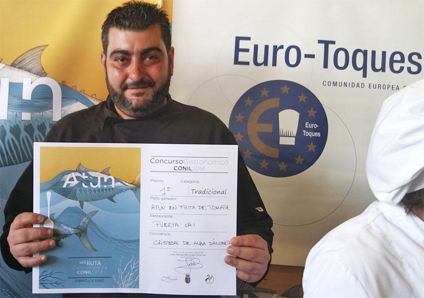 El cocinero Cristobal de Alba Sánchez con su galardón del primer premio en la ruta del atún de 2018. Foto: Cosasdecome
