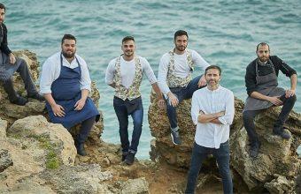 El equipo del restaurante La Breña fotografiado por el fotógrafo Julio González. Con delantal azul el cocinero Juan Viu y con camisa blanca el gerente del establecimiento José Manuel Morillo.