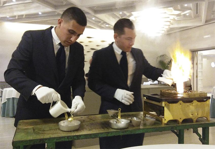 Juan Carlos Hernández, somelier de Alevante junto a Ricardo García, preparando un plato de papas con chocos que terminan delante del cliente. Foto: Cosasdecome.