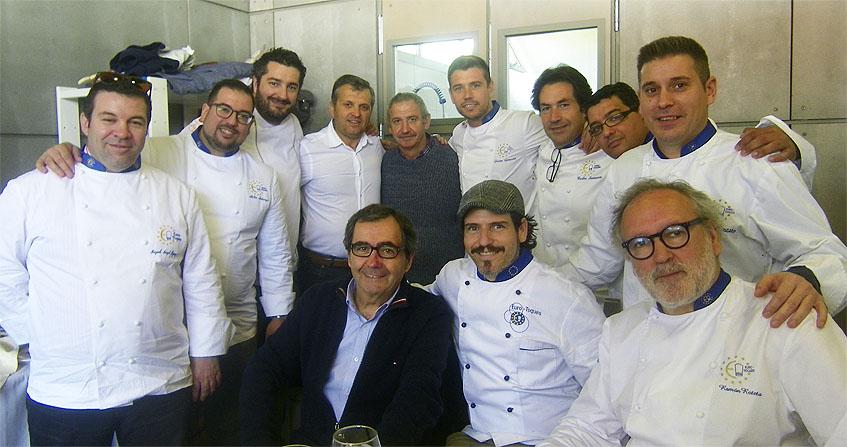 El jurado del concurso posa junto al alcalde de Conil, Juan Bermudez, y el presidente de la Asociación de Cocineros Los Borriquetes, Luis Castaño. Foto: Cosasdecome