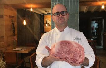 Juan Hörh del restaurante Salicornia con la carne Hida gyu. Foto: Cedida por el establecimiento