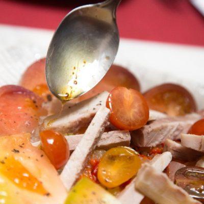 La ensalada de tomate y lomos. Todas las fotos han sido cedidas por el establecimiento.