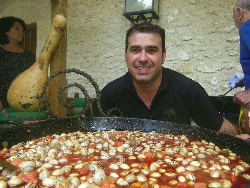 Adrián Carrera con uno de los originales guisos que ofrece en su bar, unos caracoles con chorizo y chistorra. Foto: Cosasdecome