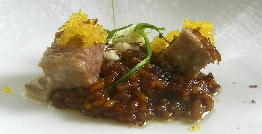 """La barriga de atún sobre arroz de los """"pellejitos"""" del túnido, el plato de Paralelo 38 que ha logrado el primer premio en cocina innovadora. Foto: Cosasdecome"""
