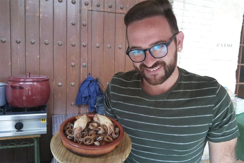Carlos Ruiz con el original plato de cabrillas con chipirones que han creado en su bar terraza la piscina. Foto: Cosasdecome