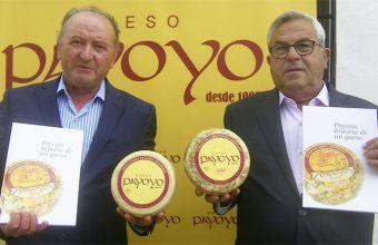 Andres Piña y Carlos Ríos, los payoyos, con el libro que han sacado con motivo del 20 aniversario de la quesería. Portan dos queso con la nueva imagen de la marca