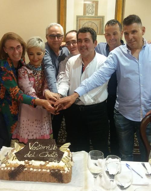 Esther Bernal y José Manuel Córdoba cortan la tarta del 25 aniversario de El Ventorrillo de El Chato con los trabajadores más veteranos de la plantilla. Foto: Cosasdecome