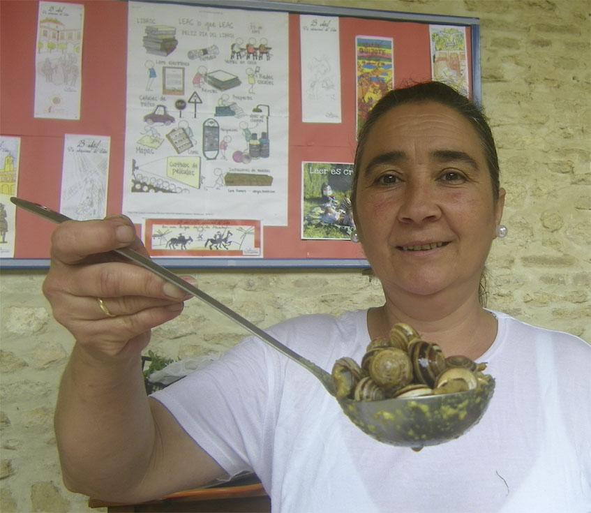 La cocinera Isabel Moreno con sus originales cabrillas al curry, que sirven en el bar Titi. Foto: Cosasdecome