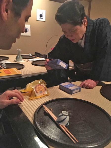 Dos miembros del restaurante japonés Mibu observán los productos españoles, entre ellos el queso payoyo de Villaluenga. Foto: Cedida por Alvaro Montero